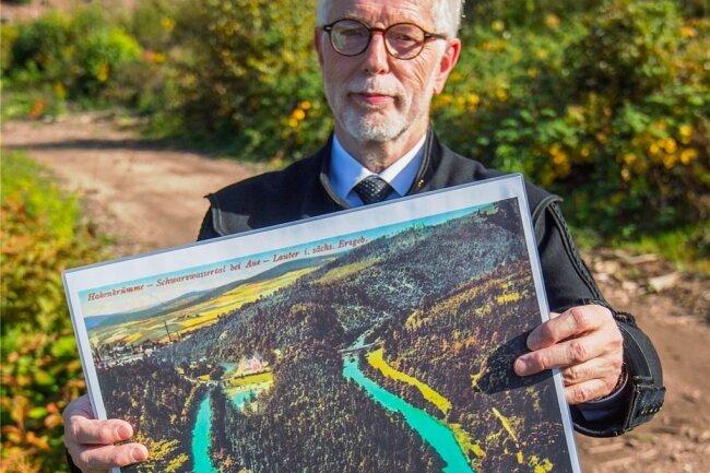 Einst eine romantische Flussschleife, wie die Postkarten-Repro der alten Hakenkrümme zeigt, die Manfred Speer in der Hand hält.
