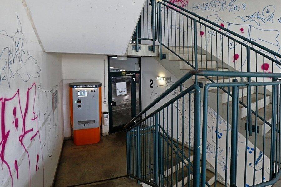 Das Treppenhaus im Parkhaus ist von oben bis unten beschmiert. Die Stadt Lichtenstein hat aber bereits Türen, Parkautomat und Verglasung bereinigt. Der Schaden liegt im hohen vierstelligen Bereich.