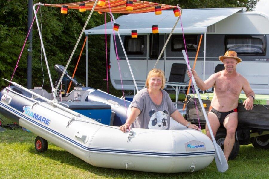 """Zu den Gästen auf dem Campingplatz an der Talsperre Pöhl zählten am Wochenende auch Gabi und Jens aus Münchberg. Sie haben am Samstag ihr Boot für die """"Nacht der leuchtenden Boote"""" vorbereitet."""
