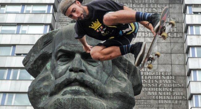 Das Karl-Marx-Monument ist Mittelpunkt, Bühne, Kulisse - wie hier im Foto für einen spanischen Skateboard-Artisten. Eine Sehenswürdigkeit, ein Alleinstellungsmerkmal, Fotoobjekt, beliebter Selfie-Hintergrund. Was bedeutet Ihnen der Bronze-Marx? Schreiben Sie es uns bitte!