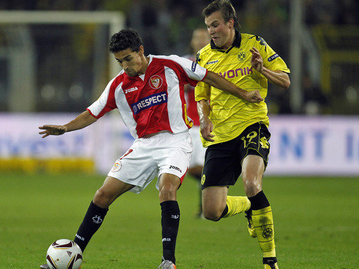 Dortmunds Kevin Großkreutz (re.) im Zweikampf mit Jesus Navas vom FC Sevilla