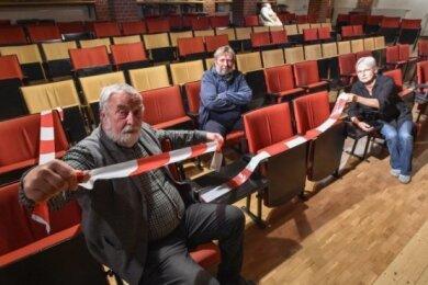 Andreas Zweigler (vorn), Gerd Ulbricht und Ellen Schaller beraten über Wege für eine Rückkehr zum Kabarettbetrieb.