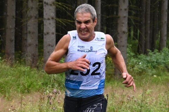 Jörg Eißmann nutzt für sein Training auch verschiedene Läufe in der Region. Der Gesichtsausdruck verrät: Selbst da hat der 51-jährige Kirchberger keine Sekunde zu verschenken.