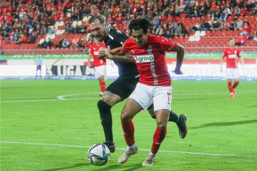 Fußballerisch eine Bereicherung: FSV-Stürmer Johan Gómez im Duell mit Halles Jan Löhmannsröben.