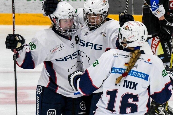 Gemeinsam mit ihren Teamkolleginnen Paula Nix (rechts) und Stephanie Keryluk (links) bejubelte Eishockeyspielerin Alina Fiedler (Mitte) aus Klingenthal am Wochenende die Deutsche Vizemeisterschaft. Das Foto entstand schon eine Woche zuvor beim Auswärtsspiel in Memmingen.