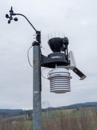 Die Messeinrichtungen der Wetterstation sind auf der Beobachtungsplattform montiert.