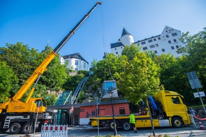 Spektakulär war die Aktion, bei der im Sommer 2020 die Kabine des Schrägaufzugs für eine Aufarbeitung demontiert und verladen wurde. Derzeit ist der Aufzug wegen eines Hydraulikproblems außer Betrieb.
