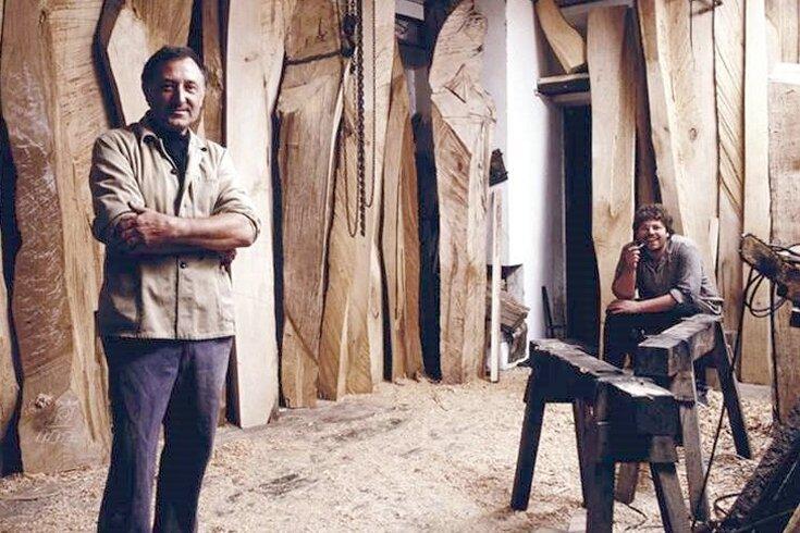 Von 1974 bis 1977 war Jörg Beier (hinten rechts) Mitarbeiter von Bildhauer Hans Brockhage (vorn). In dessen Werkstatt in der Schwarzenberger Altstadt entstand in jener Zeit auch eine riesige Holzwand für die Charité in Berlin.
