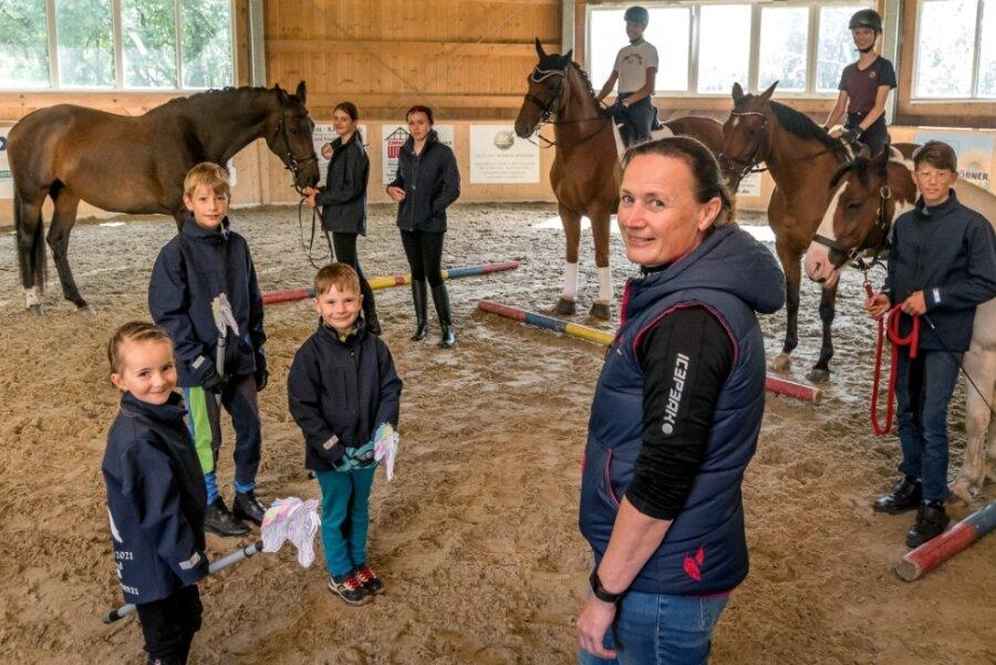 """Für die 5 bis 17 Jahre alten Teilnehmer des Trainingscamps hatte sich Angela Walther in der Halle des Zöblitzer Reiterhofs """"Zur Annahöhe"""" viele interessante Aufgaben einfallen lassen."""