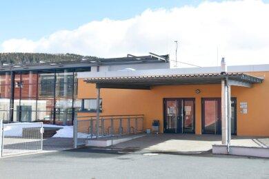 Die 2007 eingeweihte Drei-Felder-Sporthalle am Klingenthaler Schulzentrum auf dem Amtsberg - hier der Eingangsbereich - ist zu klein geworden. Die Planung für eine Erweiterung ist fertig.