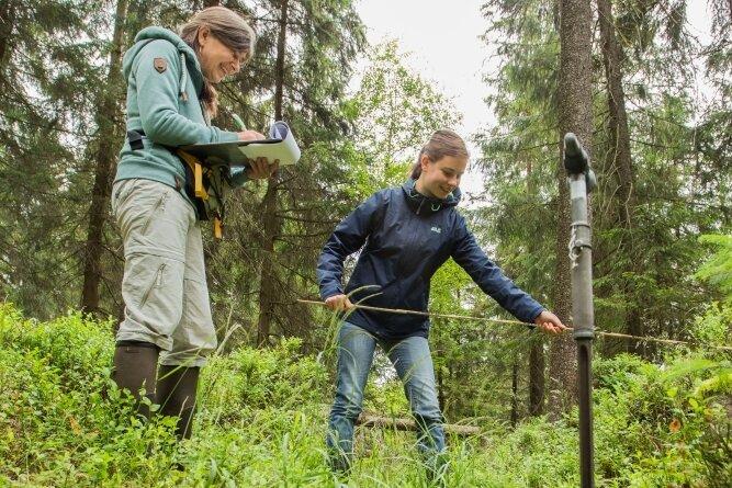Anke Haupt (l.) und Tina Opitz beim Vermessen eines alten Grabens in der Bauernhaide bei Kühnhaide.