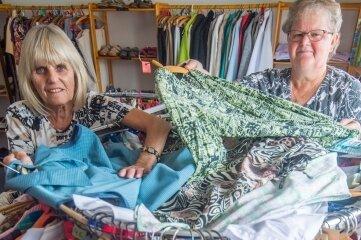 In der Kleiderkammer Aue - im Bild die Mitarbeiterinnen Tanja Lötzsch (links) und Ute Lein - werden derzeit nur Sachen angenommen, wenn eine persönliche Übergabe erfolgt.