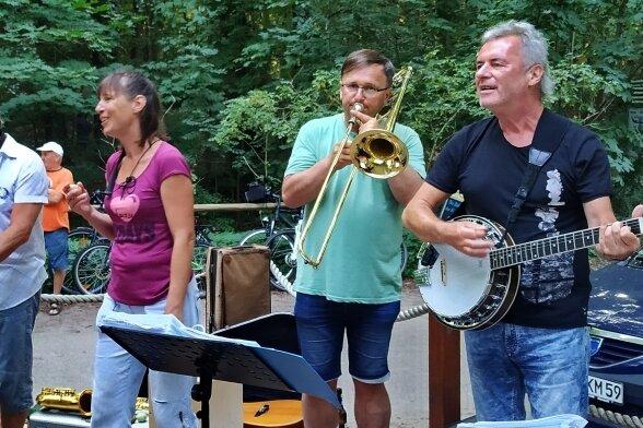 Malte und Christa Liebel mit ihren Bandkollegen André Schwui und Rainer Korndörfer (v. l.) bei spontaner Straßenmusik auf Usedom.
