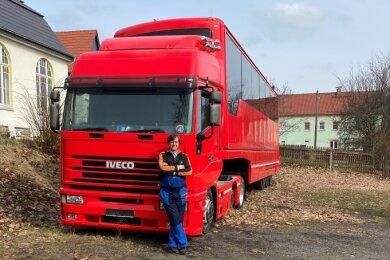 Autohändler Marko Brenner vor dem roten Ferrari-Truck, den er von Valencia nach Fraureuth geholt hat.