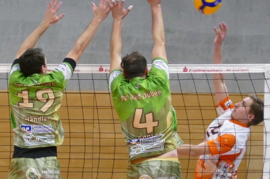 Gegen den Bad Dübener Block - in dieser Szene gestellt von Jens Andrä (Nummer 4) und Lukas Händler (Nummer 19) - hatten es Kapitän Jan Riedel (r.) und seine Zschopauer Teamkollegen schwer.