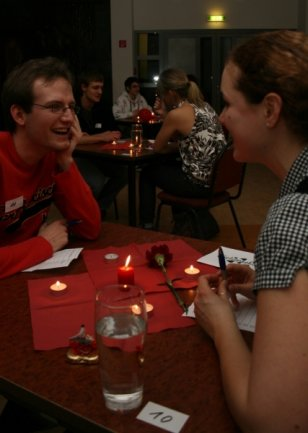 """<p class=""""artikelinhalt"""">Schau mir in die Augen, Kleines: Jens und Marianne flirten beim ersten Speed-Dating in der Neuen Mensa.</p>"""