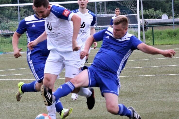 Durchgesetzt: Die zweite Mannschaft des SV Barkas Frankenberg II, hier mit Benjamin Uhlemann (M.), schaffte mit zwei Siegen beim Qualifikationsturnier auf eigenem Platz den Aufstieg in die Kreisliga.