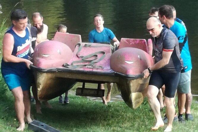 Das Tretboot ist aufgetaucht: Am Sonntag wurde es in einer großen Aktion mit Unterstützung zahlreicher Helfer vom Grund der Talsperre geholt und an Land gebracht.