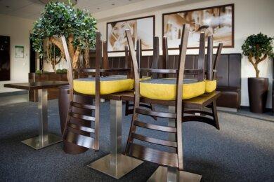 Stühle hochgestellt: Wie hier im Café Roscher an der Parkstraße sind aktuell auch die Gaststättenbereiche der Bäckereien geschlossen.