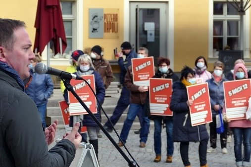 """""""5 nach 12"""" - so lautete die Botschaft der Protestierenden, zu denen auch Landtagsmitglied Jörg Markert aus Olbernhau sprach."""