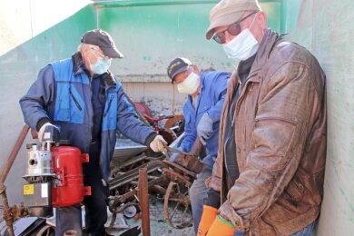 Werner Zimmermann (v. l.), Lothar Silbermann und Holger Gustmann sortierten den Schrott in einem Container.