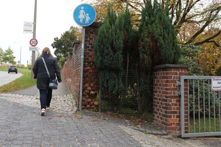 Der Anblick verschwindet in den nächsten Jahren: Die Friedhofsmauer in Eckersbach hat das Zeitliche gesegnet.