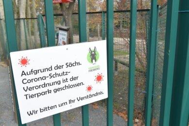 Ein Schild weist am Eingang darauf hin, dass der Tierpark coronabedingtgeschlossen ist.