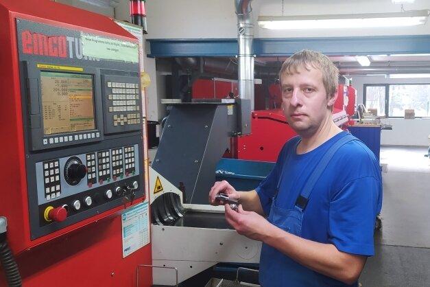Michal Werschall aus Chomutov, hier an einer CNC-Drehmaschine, ist in der Firma Zerspanungstechnik Schmieder nicht mehr wegzudenken. Wegen der Grenzschließung ist er in einer Ferienwohnung eingemietet.