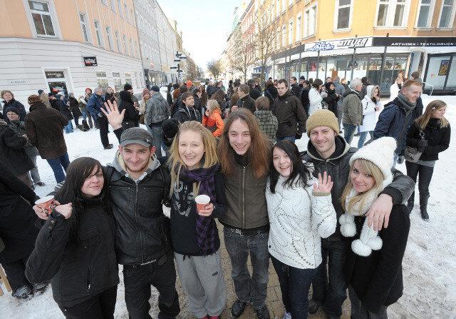 Ja, er lebt noch: Rund 300 Chemnitzer kamen beim Flashmob zum gemeinsamen Glühweintrinken auf dem Brühl zusammen.