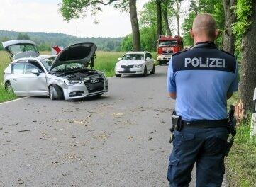 Der Audi kam von der Straße ab und stieß gegen einen Baum.