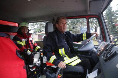 Peter Maffay am Steuer eines Feuerwehrfahrzeugs.