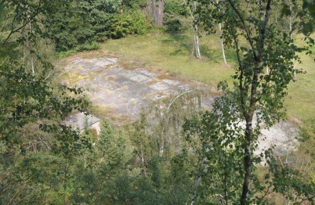 Von der Kante des ehemaligen Steinbruchs aus sind noch die Umrisse des einstigen Eishockeystadions zu erkennen.
