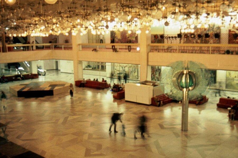 """Die """"Gläserne Blume"""" im Foyer des Palastes der Republik sollte eigentlich ein Baum sein - doch nachdem Erich Honecker in dem Kunstwerk eine Blume sah, blieb der Name kleben."""