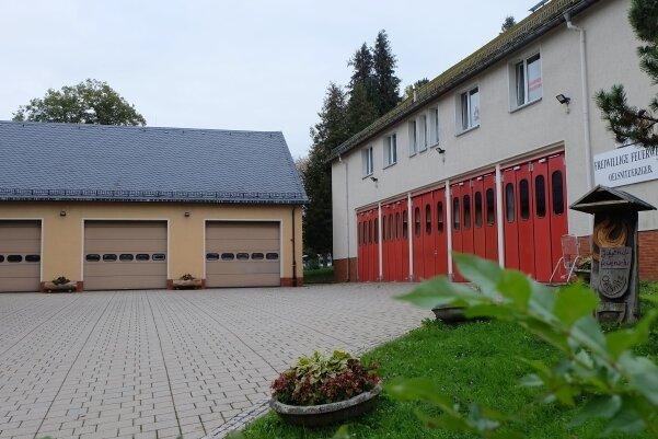 Der Gebäudekomplex der Oelsnitzer Feuerwehr. Die Halle links soll abgerissen und durch einen Neubau ersetzt werden.