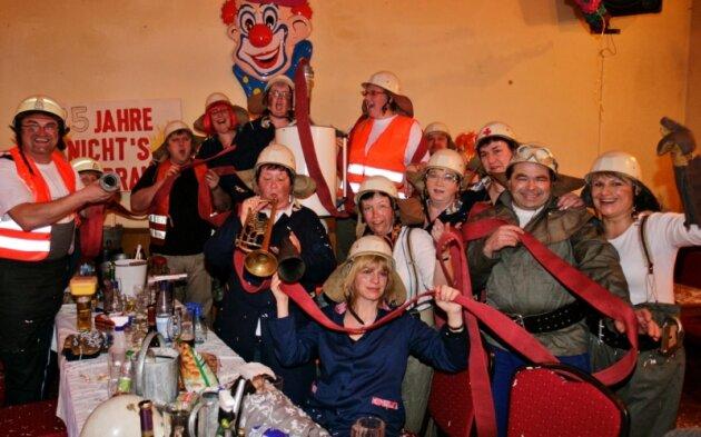 """Fasching unter dem Motto """"Silberhochzeit"""" im Gasthof Venusberg, dabei feierte der Pumuckelclub ausgelassen als Feuerwehrtrupp."""