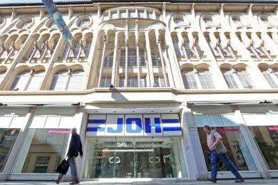 Die historische Fassade des ehemaligen Joh-Kaufhauses an der Hauptstraße wird gereinigt. Der Namenszug verschwindet.