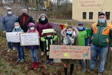 Auf Anregung des Elternbeiratsvorsitzenden Mario Uhlig (l.) haben Kinder und Eltern der Grundschule Waldkirchen ein Zeichen gesetzt.
