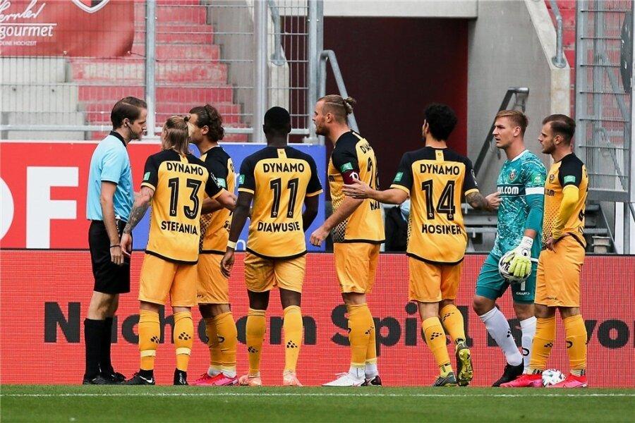 Die Dresdner diskutieren mit Schiedsrichter Martin Thomsen (links) über die Rote Karte für Max Kulke (rechts).