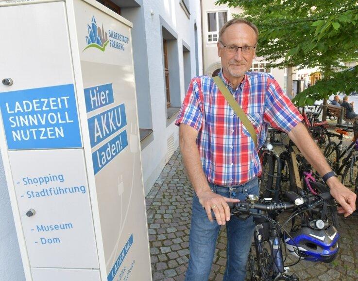 Geladen: Baubürgermeister Holger Reuter an den Akku-Lade-Boxen hinter dem Rathaus. Seit vorigem Jahr können hier Elektrofahrräder, Smartphones, mobile Computer und ähnliche Geräte Energie tanken.