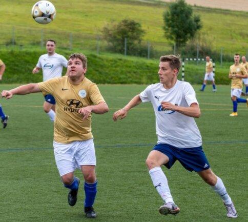 Mit einem neuen Altkreis-Derby ging es am 1. Spieltag der 2. Fußball-Kreisklasse vorigen Sonntag los: In der Staffel Mitte trennten sich Raschau-Markersbach II - im Bild John-Thomas Wolf (l.) - und der SV Albernau um Oskar Balsing mit einem Remis.