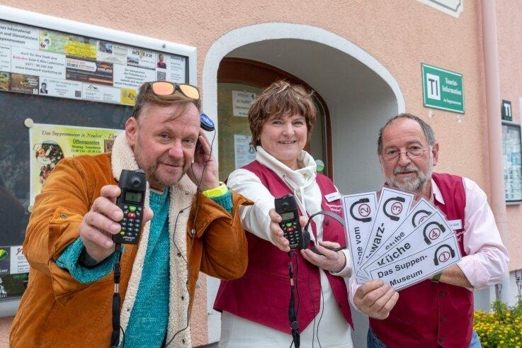 Engel B, Kerstin Jahn und Stefan Süß machen vor dem Suppenmuseum Lust auf einen Besuch. Geöffnet ist derzeit täglich von 11 bis 15 Uhr. In den kommenden Wochen sollen die Öffnungszeiten verlängert werden.