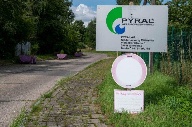 An der Zufahrt zum Mittweidaer Betriebsgelände steht noch der alte Firmenname. Inzwischen hat das Kartellamt einem Zusammenschluss von Pyral und Prezero aus Nordrhein-Westfalen aber längst zugestimmt.