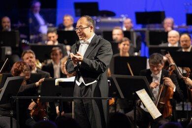 Naoshi Takahashi ein Jahr nach seinem Einstand im Erzgebirge (Foto unten) und bei einem der letzten regulären Konzerte im Februar 2020 mit der Erzgebirgischen Philharmonie Aue in Annaberg-Buchholz.