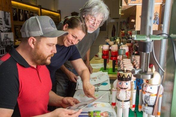Markus Füchtner, seine Lebensgefährtin Carola Seifert und sein Vater Volker freuen sich über die Einsendungen zum Wettbewerb.
