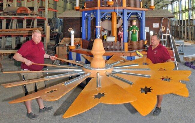 Tobias Fritzsch (links) und Matthias Schiebold haben das fast vier Meter im Umfang messende Flügelrad montiert, bevor die Pyramide über den Großen Teich geschickt wurde.