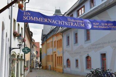 """In diesem Sommer spielt das Mittelsächsische Theater spielt durch. Hier das """"Sommernachtstraum""""-Banner am Freiberger Haus"""