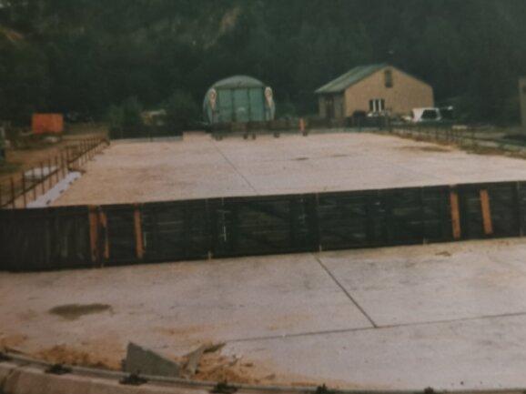 Das Eishockeystadion in Saupersdorf wurde auf dem Gelände einer Traglufthalle der ehemaligen Kammgarnspinnerei angelegt.