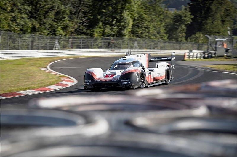 Mit einer Durchschnittsgeschwindigkeit von über 230 km/h raste der Porsche 919 Hybrid über die enge und gefährliche Nordschleife. Auch das ist ein neuer Rekord.