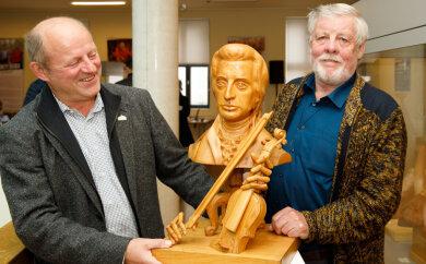 Jörg Bräuer (l.), Kurator in der Manufaktur der Träume, und Holzbildhauermeister Dietmar Lang, der die Ausstellung mit Leonty Usov initiiert hat.