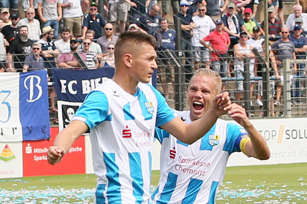 Daniel Frahn Frahn (links) trifft zum 1:0 und jubelt mit Dennis Grote.